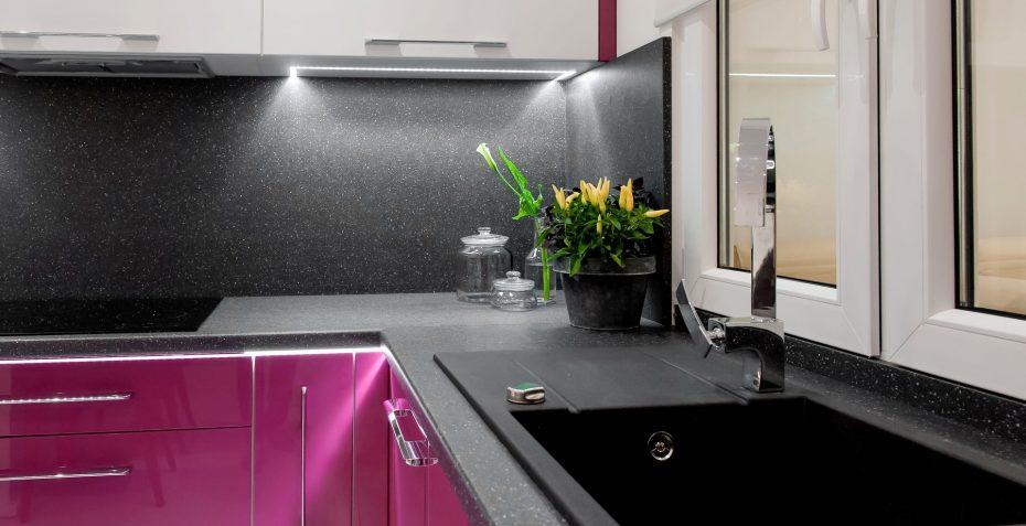 realizace kuchynske linky traffic purple